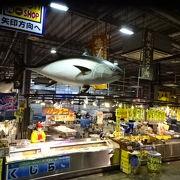 新鮮な魚や加工海産物が安く売られています。