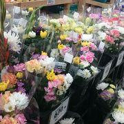 お供え用の花が並ぶ