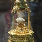 仏陀の頭髪と骨が祀られています