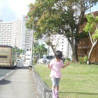 娘の背中の向こうがホテル正面。歩いてペイレススーパーへ。