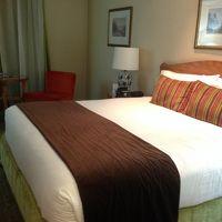 キングサイズベッドのきれいな部屋