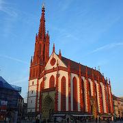 白と赤の教会