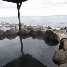 海と一体感を醸し出す温泉露天風呂