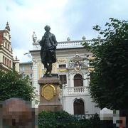 ライプツィヒの中心部、旧市庁舎の裏手にある広場、ナッシュマルクトに立つ若き日のゲーテ像です。