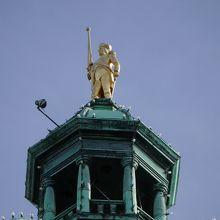 ドーム頂上には金色の像が置かれています