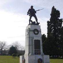 芝生の前にある兵士像には献花が多かったです