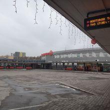 バスターミナルはこの写真の右手にタクシー乗り場があります