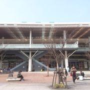 駅は高架工事中で、変わったモニュメントがありました。
