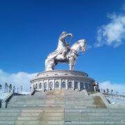 モンゴル大帝国を築いたチンギス・ハーンの超巨大な騎馬像が圧巻