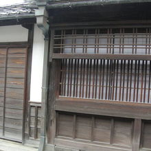 左にあるのが武家用の玄関