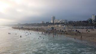 6月にとまだ暑くないのに、多くの人が海で泳いだり、いました。