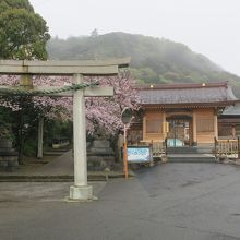 左が、高来神社、右が高麗寺