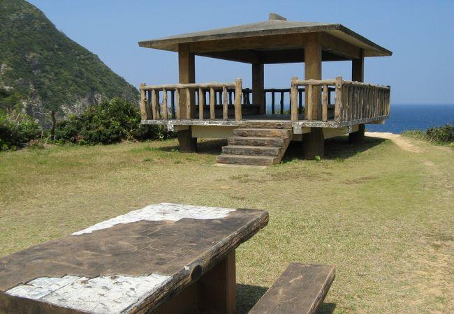 断崖の上から、豪快な岩の景観や環礁、粟国島を望む