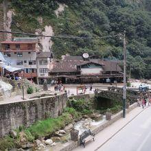 駅とバス乗り場の位置関係2 下の橋の方が近い