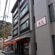 2階から4階が客室。各階4部屋。
