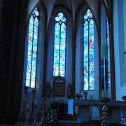 シャガールのステンドグラスのある教会