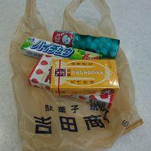 お馴染みのお菓子。300円は超えてます。