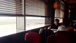 空港を眺めながらゆっくり過ごせる。ランチタイムメニューはコースのようでいい。