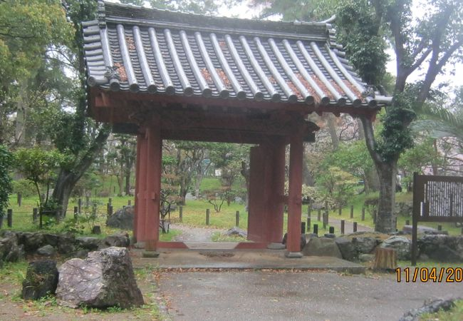 津城址の中にあります。