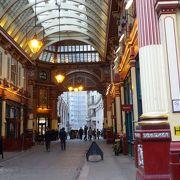 金色に輝く天井が印象的なマーケット