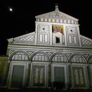 夜空に浮かび上がる白亜の教会