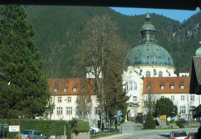 大きな丸い屋根の立派な修道院