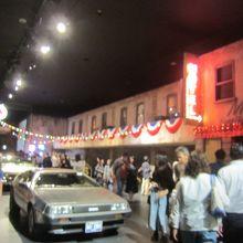 2階は古きアメリカの街中をイメージ デロリアンも展示