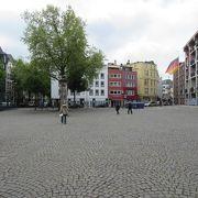 旧市庁舎の前に広がる広場です
