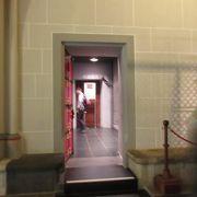 入り口はお土産屋さんの奥にあります