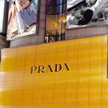 f5fdbdb47d33 高級店などが立ち並ぶ銀座にあるブランドショップPRADAさん外観もかなり目を引く建物で女性に人気のファッションアイテムなどが多く取り揃えてあります。