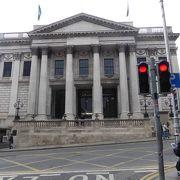 重厚な建物のダブリン市庁舎