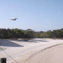 壱岐空港にプロペラ機が着陸