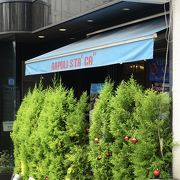活気のあるナポリピッツァのお店