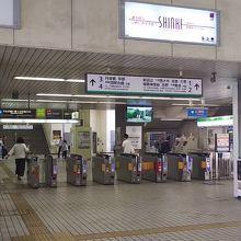 大久保駅の改札。