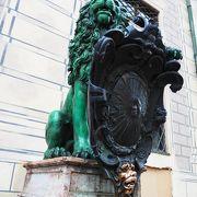 入口のライオンの盾にさわると幸せになれるそうです