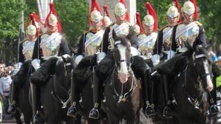 楽隊を先頭に騎馬隊や・・・
