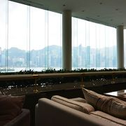 香港の景色を楽しみながら優雅な時間が流れます。