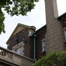 建物には鳩山家の象徴が飾られている