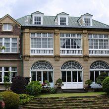 庭から見る建物