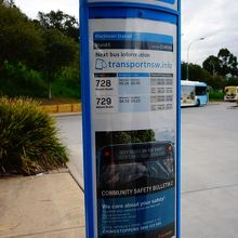下車するとバス停で728と729のバスを探します。