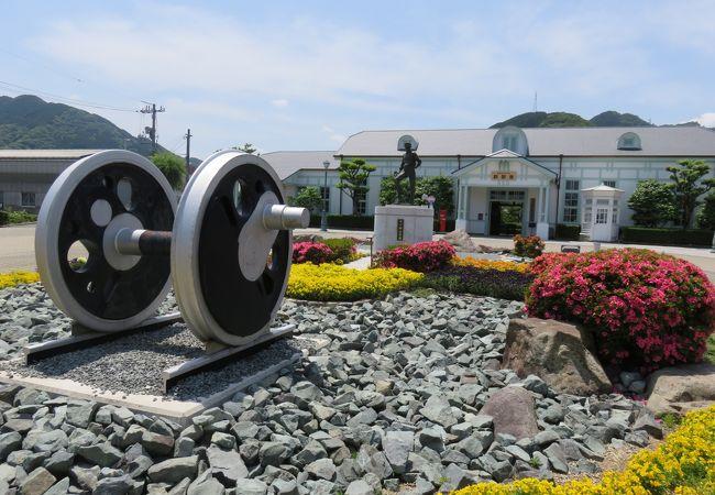 駅前に井上勝の像と花壇が新設された