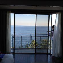 部屋から見える海