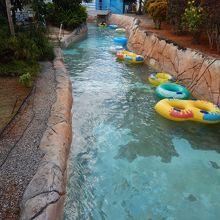 流れるプールにはたくさんの浮き輪があります