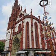 赤と白のコントラストが個性的な教会