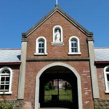 入口の建物