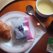 無料サービスの朝食 おにぎりとパンにスープ