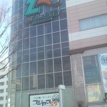 浜松駅近くの繁華街にあります