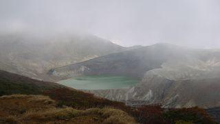 霧の間から白緑色のお釜が見えました