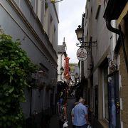 この通りを通って町中に入っていきます。