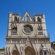 広場に面した端正な教会